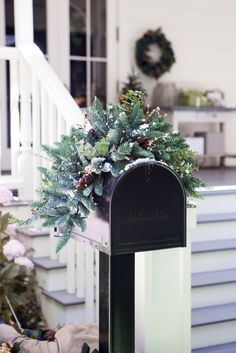 5 Decorating Mistakes That Make Your Home Look Cluttered * * * Before getting to this design lesson – I have Christmas Mailbox Decorations, Christmas Ideas, Winter Decorations, Christmas Holiday, Christmas Wreaths, Decoration Chic, Farmhouse Side Table, Living Room Color Schemes, Diy Home