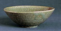 偕楽園焼 灰釉平茶碗 銘「新樹」(口径15.6cm/高さ6.3cm、和歌山県立博物館)。平茶碗とは、茶の湯で、夏季おもに風炉を用いる際に使う、皿より深めの茶碗をいう。この資料は、草木灰を主成分とした釉薬を使用しており、淡緑色に美しく発色している。高台脇に、小文字の「偕楽園製」という陰印刻銘がほどこされている。収納する桐箱には、紀伊徳川家所蔵票が貼られており、またこの茶碗を「新樹」と名付けた、治宝側近の伊達千広(1802~77)の箱書がある。
