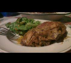 No todo siempre tiene que ser comer fuera de casa. Aca pollo marinado a las finas hierbas y ensalada hechos en casa.