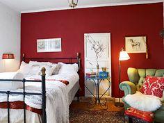 Punaseinäinen makuuhuone
