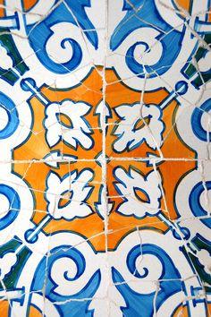 Parc Guell, Gaudi, Barcelona (©Xw)    ------     Gaudi Mosaic     ----   Arq. Antoni Gaudí (25 de junio 1852, Reus -10 de junio 1926, Barcelona) España.