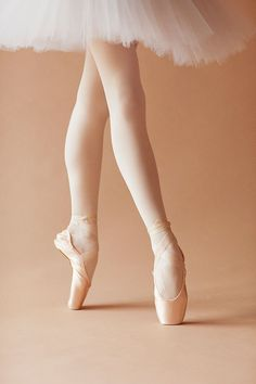 Ballet Poses, Ballet Art, Ballet Dancers, Pointe Shoes, Dance Shoes, Beauty Art, Hair Beauty, Ballet Images, Pretty Ballerinas