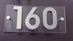 Placa de acrílico com números de inox.