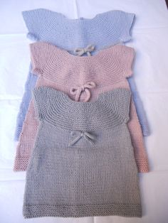 Tejidos - Knitted - free baby knit patterns - site in Italian Knitting For Kids, Baby Knitting Patterns, Baby Patterns, Free Knitting, Knit Or Crochet, Crochet For Kids, Knit Baby Dress, Free Baby Stuff, Baby Sweaters