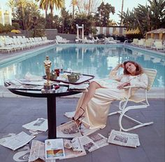Faye Dunaway poolside at The Beverly Hills Hotel, the morning after the 1977 Oscars. The Academy Award she won the previous night for 'Network', is on the breakfast table. Photographer Terry O'Neill captured this spontaneous moment in time. Terry O Neill, Faye Dunaway, Beverly Hills Hotel, The Beverly, Beverly Hilton, Charlotte Rampling, Photo Bleu, Best Actress Oscar, L'art Du Portrait