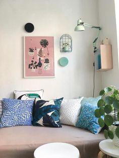 Zu Hause bei fraeuleinnussboeck: Pastellfarben, zartes Rosa und viel Gemütlichkeit! #kissen #couchstyle #Bilder #interior #wohnen #wohnzimmer #sofa