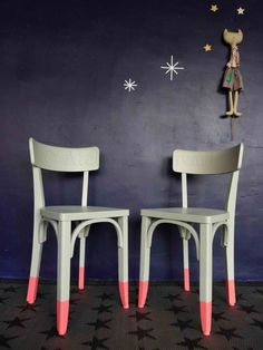 chaises repeintes en gris et rose