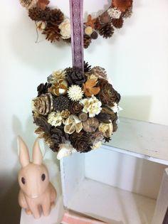吊るしてもポットに置いてもかわいい木の実のボール。1つ1つ丁寧に仕上げました。角度により表情が違うのでお好きな角度でどうぞ♪※木の実ボールのみの単体出品です。|ハンドメイド、手作り、手仕事品の通販・販売・購入ならCreema。