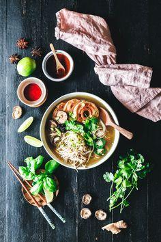 Unsere einfache vegane Phở ist vollgepackt mit Geschmack und steht in maximal 30 Minuten auf dem Tisch. Wie kann man dazu nein sagen?