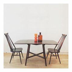 Buenos buenos días!! Después de la sorpreeesa de ayer ☺️☺️ hoy nos hemos levantado..con mas ganas todavía!!! Os mandamos un besazo desde este conjunto de mesa y sillas Ercol originales de los años 60, de madera maciza! La mesa tiene dos alas, que se abaten y es perfecta para espacios un poco reducidos, al cerrarla queda una mesa cuadrada perfecta para 2 y cuando abrimos las dos alas, tenemos espacio para 6!! Si necesitas algo con estas características, llámanos  606315809 o visita nuestra…