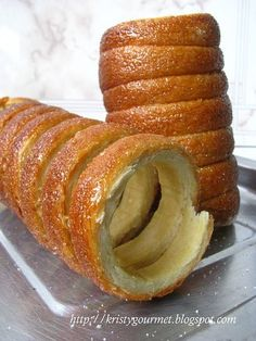Now what is Kurtos Kalacs? Kurtos Kalacs is actually a traditional Hungarian pastry which also called as Chimney Cake. It is originated from Transylvania. Just like those coffee cake which the bread topping covered with loads of sweet frosting, so. Hungarian Desserts, Hungarian Cuisine, Hungarian Recipes, Hungarian Bread Recipe, Hungarian Cake, Romanian Desserts, Hungarian Food, Romanian Recipes, Sweet Recipes