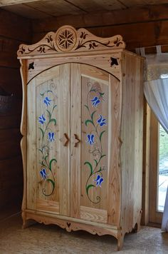Very Pretty - apex lumber has pine for projects like this one Wood Pallet Furniture, Hand Painted Furniture, Classic Furniture, Upcycled Furniture, Wooden Furniture, Outdoor Furniture, Office Storage Furniture, Art Populaire, Kiefer