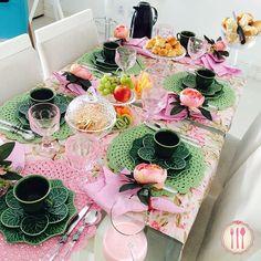 Receber bem é um ato de amor! Mesa do nosso café da manhã!! Bom dia...  #mesapostadapaty #blogvamoscelebrar { roupas de mesa @aquientrenos , louça @mesa_e_charme , talheres @camicado }