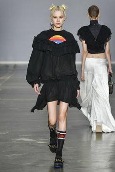 Streetwear com babados de Juliana Jabour. Foto: Ze Takahashi/ FOTOSITE