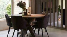 Deze ronde eettafel met kruispoot heeft een compact formaat met zijn doorsnede van 140 cm. Hierdoor kan je deze tafel altijd wel kwijt in uw interieur. De eiken tafel wordt op ambachtelijke wijze in Nederland geproduceerd. Zo kan je kiezen voor een grey, white of black wash, maar ook voor de klassiekere kant met een teak kleur. Deze ronde eettafel is in diverse maten leverbaar. Dining Area, Kitchen Dining, Dining Table, Table Topics, Kitchen Interior, Home And Living, Home Office, Interior Decorating, Home And Garden