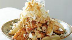 コウ ケンテツ さんの鶏ささ身,れんこんを使った「鶏ささ身とれんこんの香味ねぎだれ」。中国料理の油淋鶏(ユーリンチー)をアレンジした一品です。脂肪の少ない鶏ささ身を揚げずに焼いて、れんこんを加えてボリュームアップ。れんこんはかみごたえのある切り方にして、満足感を出しましょう。 NHK「きょうの料理」で放送された料理レシピや献立が満載。