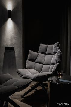 A twilight atmosphere in a contemporary home interior by the Ukrainian design studio YoDezeen. The dark, mysterious emanation of this urban apartment is Home Building Design, Home Room Design, Dream Home Design, Home Interior Design, Living Room Designs, House Design, Casa Top, Dark Interiors, Apartment Interior