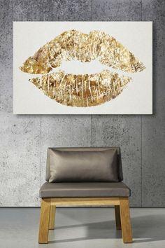 Altın detayları olan ya da tamamen altın renginde bir duvar süsünü sade boyanmış duvarınızda kullanarak son derece modern bir görünüm yakalayabilirsiniz. Bu tarz süslemeler genellikle mi