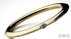 Aus der Kollektion unseres Partners Gebrüder Schaffrath.  Liberté Arcana Armreif mit Platin-Iridium Element, in 750/- Gelbgold mit ca. 1,25ct Diamanten im Brillantschliff.