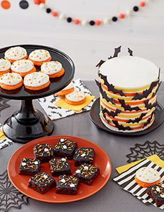 Ready to graduate from spatula icing to learning how to make buttercream cake borders? Icing Recipe, Frosting Recipes, Cookie Recipes, Buttercream Frosting, Ermine Frosting, Black Frosting, Buttercream Flowers, Bolo Halloween, Sunflower Cookies