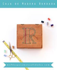 Este tutorial es la excusa perfecta para iniciarse en el uso del taladro. Una vieja caja de cigarros es perfecta, ya que la madera es resistente pero fina, podéis encontrar este tipo de cajas en rastrillos o tiendas de segunda mano. El motivo elegido, un monograma, puede ser fácilmente sustituido por cualquier otro, aunque he de reconocer que una letra queda genial Necesitarás: ☛ Un taladro ☛ Una caja de madera ☛ Tijeras y un lápiz ☛ Agujas e hilo ☛ Una plantilla (puedes hacerla agrandando…
