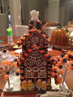 Gingerbread Houses: Tips & Tricks (Remodelaholic) Halloween Eve, Halloween Party Snacks, Unicorn Halloween, Halloween Desserts, Halloween Cookies, Halloween House, Halloween Candy, Happy Halloween, Haunted Halloween