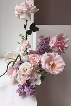Really beautiful flowers by Fjura, inspired by Japanese ikebana - is-sit tiegħi Floral Centerpieces, Floral Arrangements, Flower Arrangement, Flora Flowers, Fresh Flowers, Cut Flowers, Shop Interiors, Flower Fashion, Ikebana