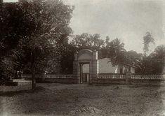 Graf van Pangeran Mas te Pangkalan bij Poerwakarta. ca 1930. (Toegangspoort tot het graf Pangeran Mas)