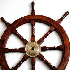 Drewniane koło sterowe z mosiężną piastą - prestiżowy morski symbol przywództwa, stylowy żeglarski prezent, alegoria trzymania steru władzy, dowodzenia, marynistyczny synonim kapitańskiej wiedzy i odpowiedzialności, właściwych decyzji i obierania dobrych kursów, dobrego dowództwa i bezpiecznego powrotu do portu, ponadczasowy prezent dla Żeglarza i osób zakochanych w morzu, żaglach, nobilitujący element morskiego wystroju wnętrz, morski styl  http://sklep.marynistyka.org/kola-sterowe-c-4.html