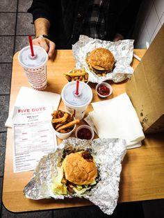 Nos burgers chez Five Guys - New York, Etats-Unis Burger Street, Street Food, Restaurant New York, Manhattan New York, Packing Tips For Travel, New Travel, Resto New York, Resto Nyc, Bon Plan New York