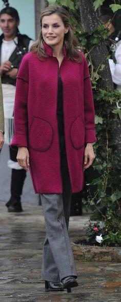 La Reina Letizia ha homenajeado a su tierra estrenando un abrigo del diseñador asturiano Marcos Luengo para recorrer los Pueblos Ejemplares.