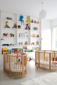 Veja nossa seleção com 50 fotos de quartos decorados especialmente para bebês gêmeos.