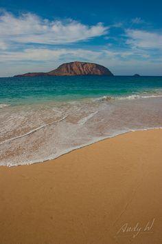 Playa de la Concha, La Graciosa, Lanzarote, Islas Canarias, Spain Tenerife, Island Design, Canario, Island Beach, Canary Islands, Beautiful Beaches, Places To See, Coastal, Ocean