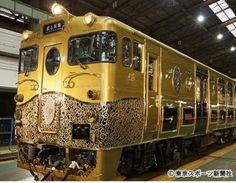 JR九州の特定地域型観光列車(D&S)トレイン 「九州鉄道」が1906年に米国の会社に発注して造らせた豪華車両。  金色に輝く外装は職人たちによって何度も磨きあげられたもので、正面の唐草模様は真ちゅう製、マークは鋳物。内装にはメープルやウォールナットを使い、調度品も地元九州の焼き物などにしてこだわった。 http://www.tokyo-sports.co.jp/nonsec/social/423244/