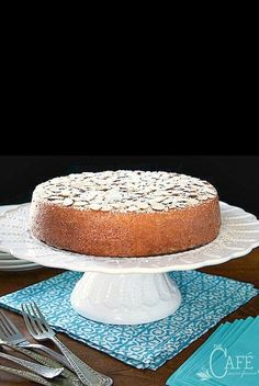This French Almond Cake is incredibly delicious and incredibly easy. One-bowl, no-mixer, just-a-few-minutes-to-throw together! Almond Recipes, Baking Recipes, Cake Recipes, Dessert Recipes, French Desserts, Just Desserts, French Recipes, Pan Sin Gluten, French Cake