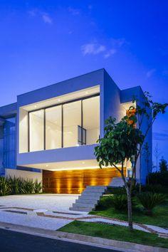 Analizaremos el diseño de una moderna casa de dos pisos con un impresionante volado en el piso superior y en los planos la correcta distribución de ambientes privados y sociales, para terminar vere…