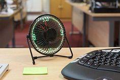 Dieser Schreibtisch Ventilator mit integrierter LED-Uhr gehört auf jeden Arbeitsplatz an heißen Tagen. Ein sehr praktisches Geschenk für Büroangestellte und alle die am Schreibtisch Ihren Arbeitsalltag vollbringen.