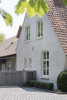 architecturale houten tuinpoort vervaardigd uit afrormosia hout naturel strak en stijlvol hedendaags vakmanschap made in belgium Vichte door pouleyn