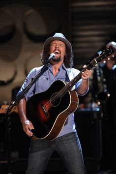 """Jason Mraz Gets Into The Music As He Performs """"I Won't Give Up"""""""