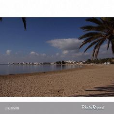 """La playa tiene cierto encanto solitario en otoño... Foto de @usnem, #aRoses. #VisitRoses #inCostaBrava -->""""Serenidad y calma, dulzura para el alma."""""""