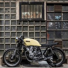A clean Yamaha built by from Budapest. Cb 750 Cafe Racer, Yamaha Cafe Racer, Cafe Racers, Honda Shadow, Classic Beauty, Custom Bikes, Cool Bikes, Budapest, Motorbikes
