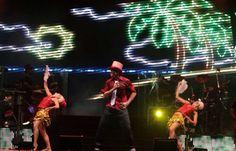 Netinho em 2009 no palco com bailarinas na primeira noite de gravação do seu DVD Netinho e a Caixa Mágica em Aracaju/SE. Música Excesso de Amor. DVD lançado em 2010. Criação e direção Netinho.