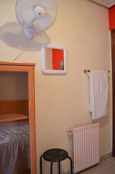 Pared funcional en habitación individual // practical wall in private single room