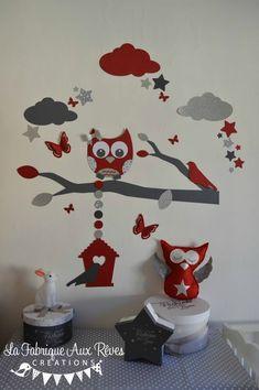 Décoration chambre enfant bébé rouge gris blanc argent hibou chouette papillons et étoiles