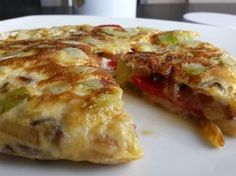 Zucchini omelette stuffed with cheese and pepper - Recetas - Pastel de Tortilla No Salt Recipes, Meat Recipes, Cheese Omelette, Spanish Omelette, Healthy Menu, Slow Food, Breakfast Dishes, Sweet And Salty, Gourmet