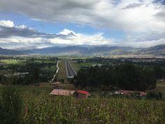 Aeropuerto de Cajamarca, Perú, con la ciudad a la derecha.