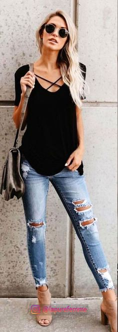 40 Cozy Fall Outfits To Copy ASAP womens black scoop-neck shirt with grey distressed denim jeans outfit The post 40 Cozy Fall Outfits To Copy ASAP appeared first on Denim Diy. Fashion Mode, Look Fashion, Trendy Fashion, Autumn Fashion, Denim Fashion, Fashion 2018 Casual, Fashion Style Women, Fall Fashion 2018, Womens Fashion Outfits