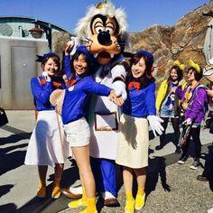 白ボトム×青のトップス×黄色のスニーカーでドナルド風コーデの完成! ディズニーのお揃いかわいいファッション スタイル 参考コーデ♪