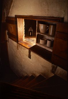 There were hidden rooms in England during Cromwell's time...to hide the Catholic Priests.                                                                                                                                                      More