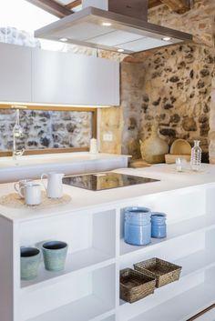 O sul da Grécia, Itália e Espanha definem o que é conhecido como o estilo mediterrâneo em arquitetura e decoração. Cada país usa cores, tec...